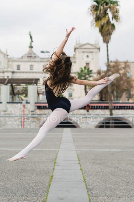 Seitenansicht der Ballerina im Sprung — Stockfoto