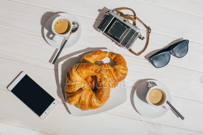 Espresso coffee cups and croissants — Stock Photo