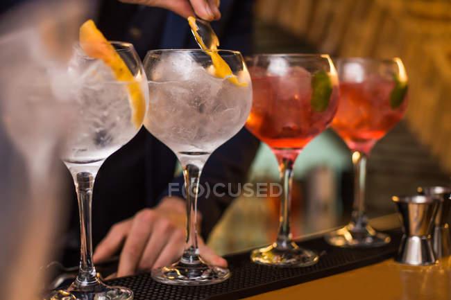 Barman preparare cocktail in pub — Foto stock