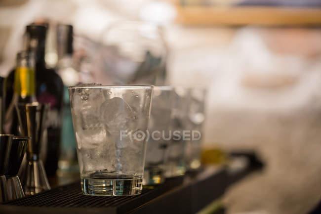 Бармен готовит коктейли в пабе — стоковое фото