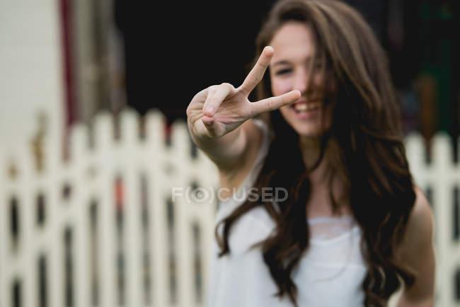 Jeune femme montrant deux doigts — Photo de stock