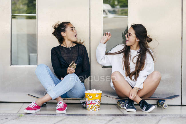 Two teens having fun on street — Stock Photo