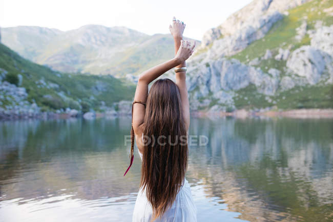 Girl posing with white dress into lake — Stock Photo