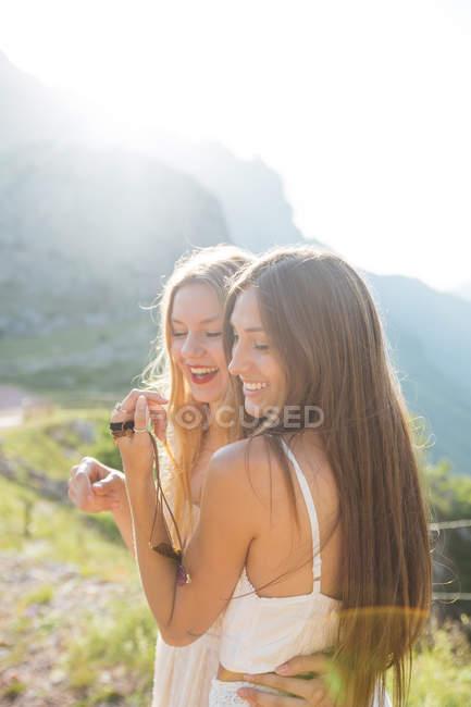 Porträt umarmender Mädchen auf dem Land — Stockfoto