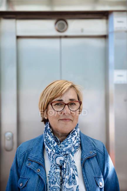 Зріла жінка в окулярах — стокове фото