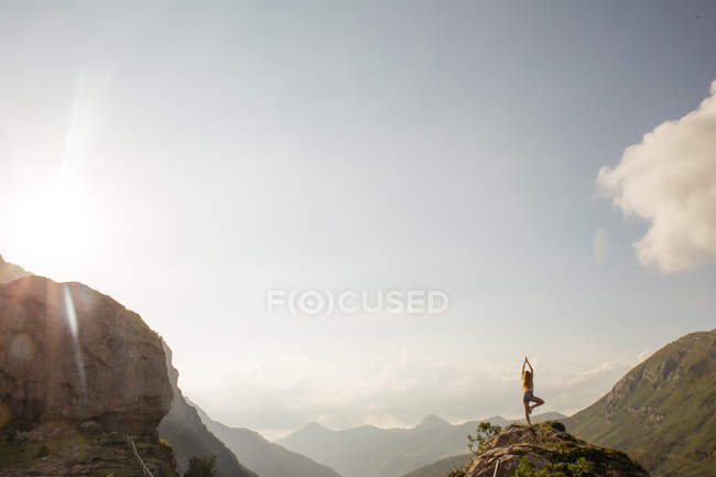Silhouette of woman posing on mountain top against of amazing sky — Stock Photo