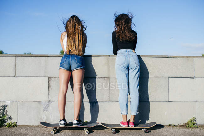 Back view of girls on skates — Stock Photo