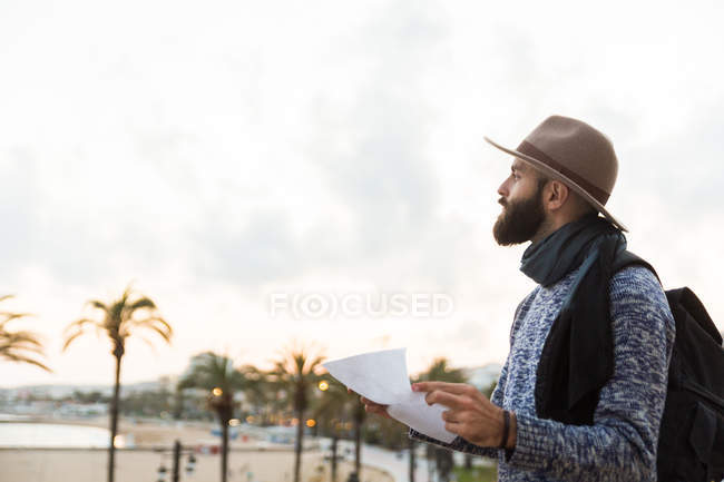 Young male traveler outside — Stock Photo