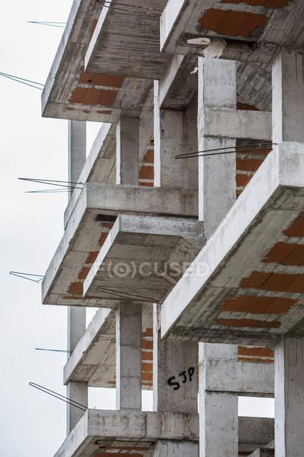 Vista exterior de balcones sin terminar en la fachada del edificio - foto de stock