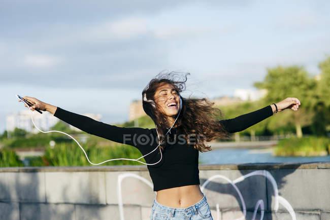 Teenager allegro felice in cuffie — Foto stock