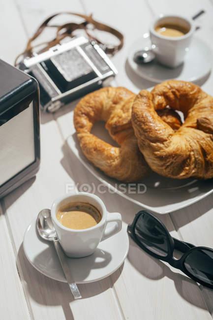 Tazas de café expreso y croissants - foto de stock