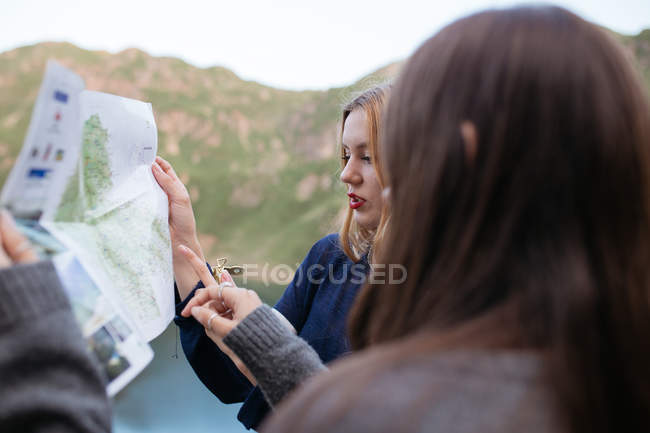 Two girls looking in map — Stock Photo