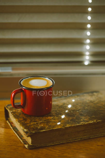 Кофе эспрессо в чашке эмали — стоковое фото