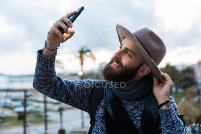 Selfie prise mâle voyageur à l'extérieur — Photo de stock