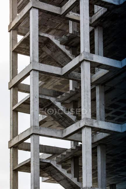 Vista exterior del edificio sin terminar con escaleras de hormigón - foto de stock