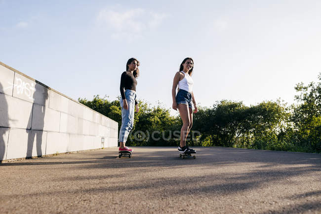 Teenagers riding skateboards — Stock Photo
