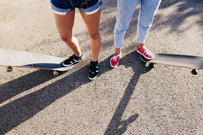 Crop women on skates — Stock Photo