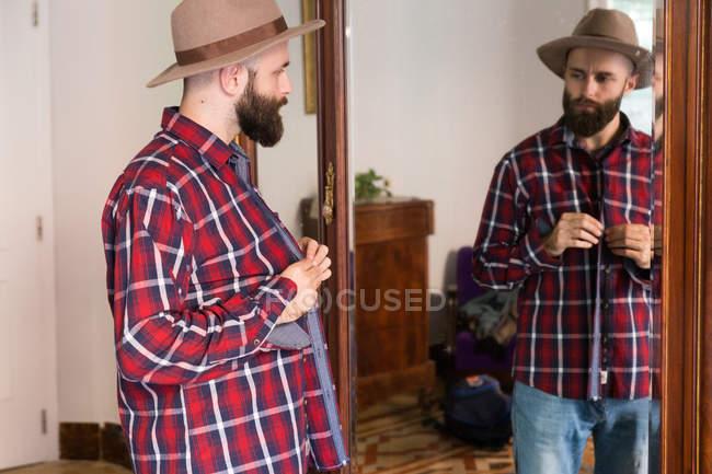 Giovane maschio cercando sulla camicia — Foto stock
