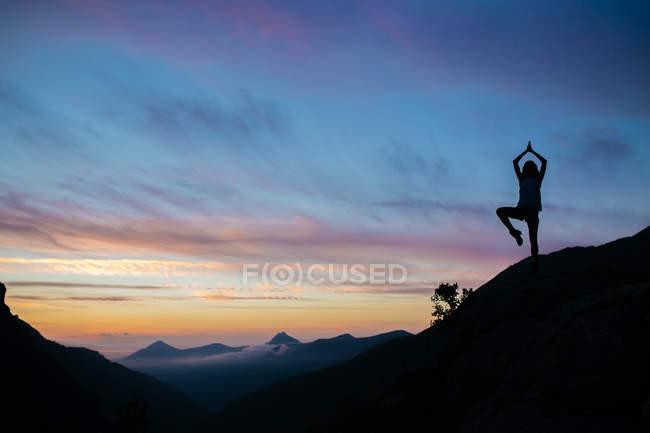 Sillhouette Mädchen posiert auf Klippe — Stockfoto