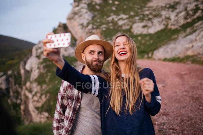 Paar, das selfie nimmt — Stockfoto