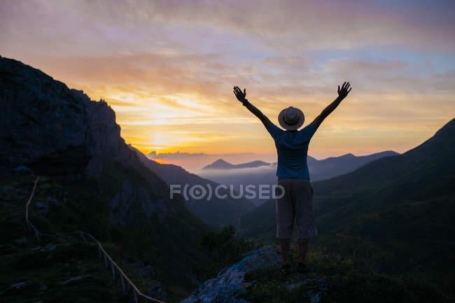Männliche Silhouette über Berg Sonnenuntergang — Stockfoto