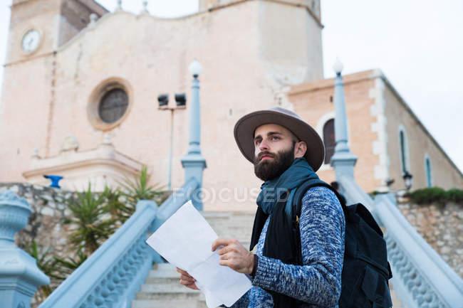 Jovem viajante masculino fora — Fotografia de Stock