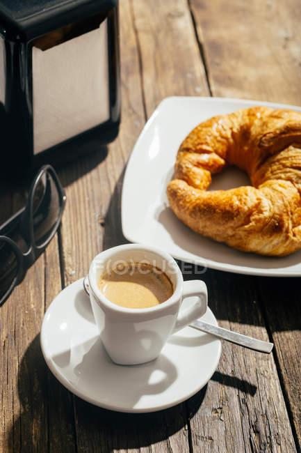 Caffettiera espresso e croissant — Foto stock