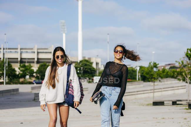 Chicas de moda en patinetas - foto de stock