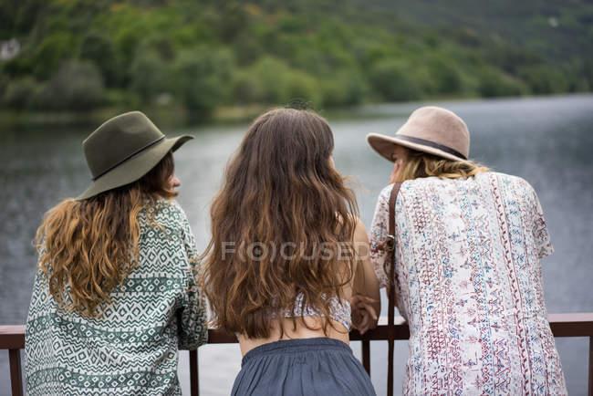 Tres chicas en el puente en verano - foto de stock