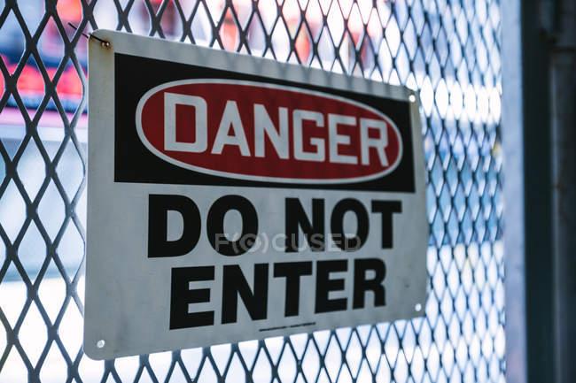 Небезпека знак на паркан — стокове фото