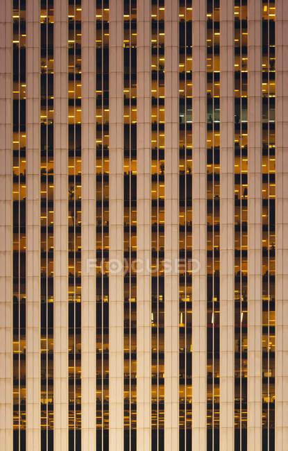 Офісна будівля фон вночі — стокове фото