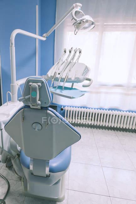 Vista traseira da cadeira vazia de dental Clinic Interior — Fotografia de Stock