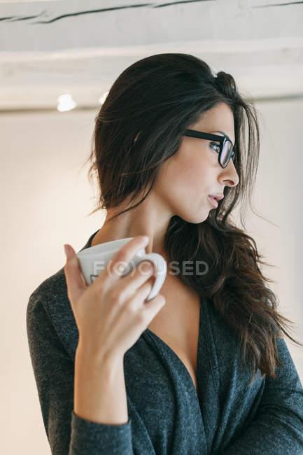 Frau trinkt Kaffee — Stockfoto