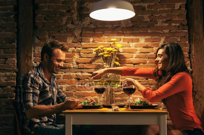 Романтическая пара ужинает дома — стоковое фото