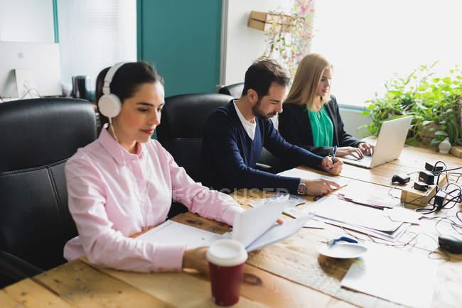 Retrato de trabalhadores sentado no local de trabalho — Fotografia de Stock