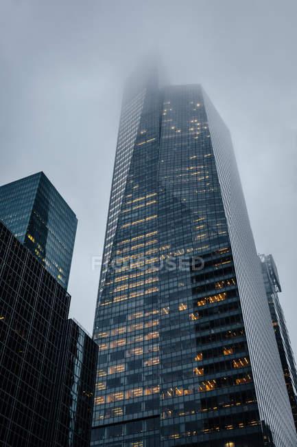 Grattacielo ufficio in una giornata di nebbia — Foto stock