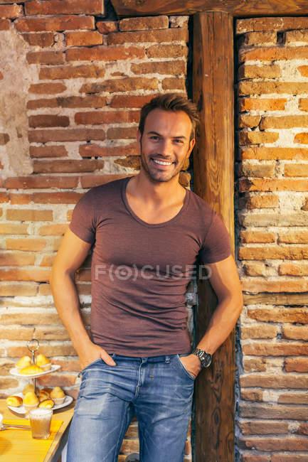 Homem bonito feliz — Fotografia de Stock