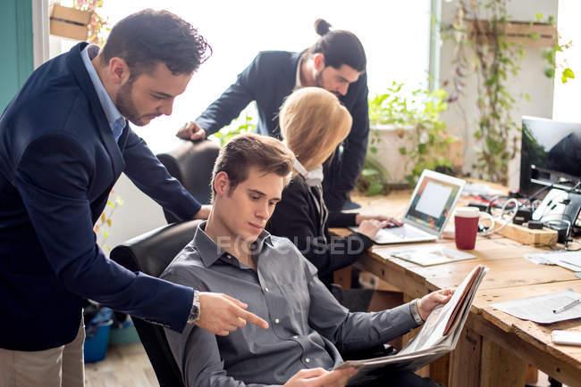 Cena de pessoas de negócios, discutindo o trabalho no escritório moderno — Fotografia de Stock