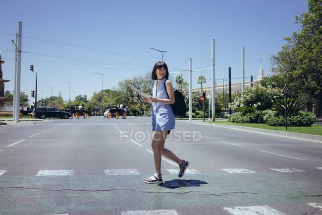 Charmante Frau, die zu Fuß unterwegs — Stockfoto