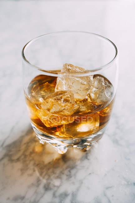 Склянку віскі з льодом. — стокове фото