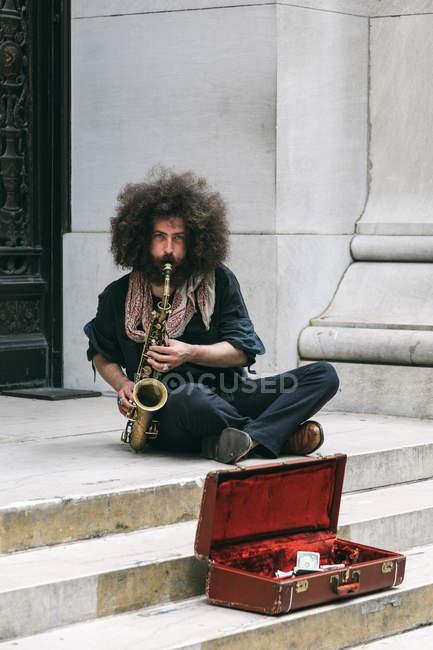 Intérprete toca saxo en Wall Street - foto de stock
