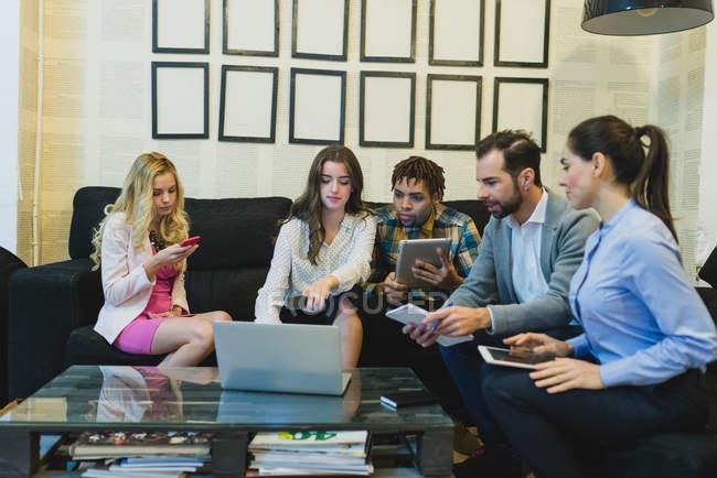 Портрет бизнес-команды, сидящей у тренера во время ежедневной встречи — стоковое фото