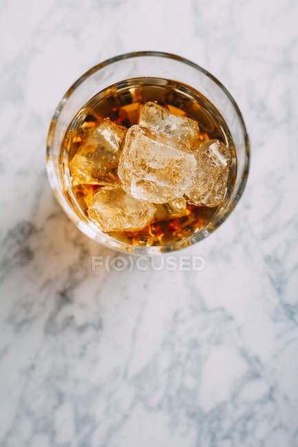 Bicchiere di whisky con ghiaccio — Foto stock