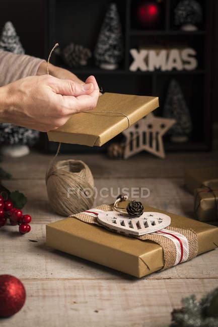 Femme préparant un cadeau pour les vacances de Noël — Photo de stock