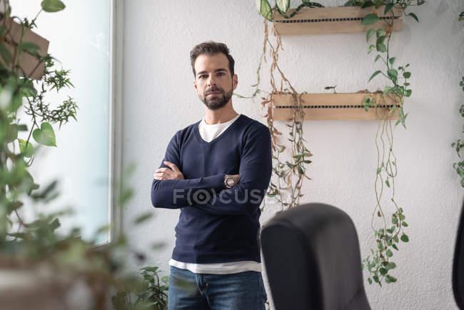 Портрет бізнесмен, стоячи біля вікна і, дивлячись на камеру — стокове фото