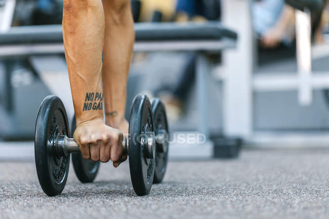 Woman Taking Weights in Gym — Stock Photo