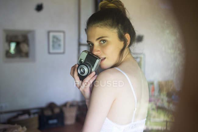 Menina encantadora com câmera de fotos — Fotografia de Stock