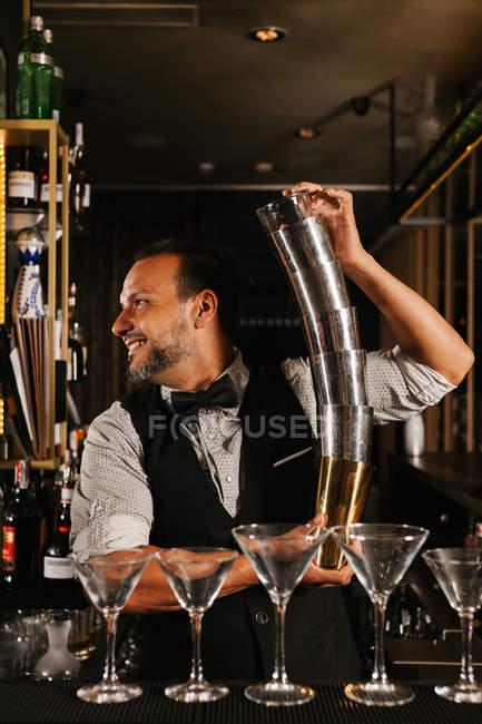 Barman Preparazione Cocktail — Foto stock