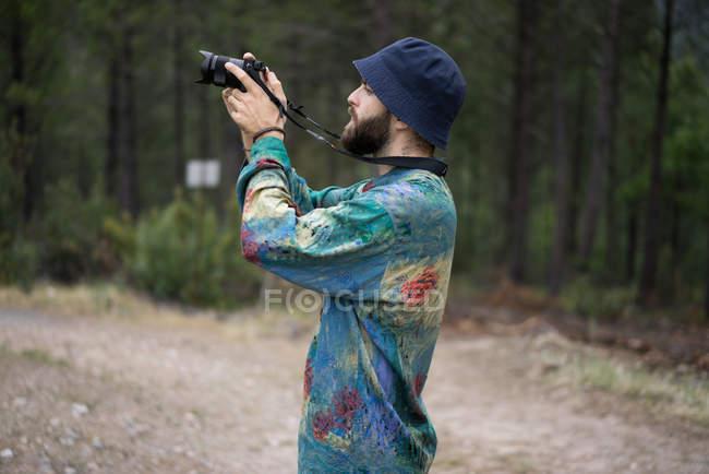 Vista laterale del turista fotografando — Foto stock