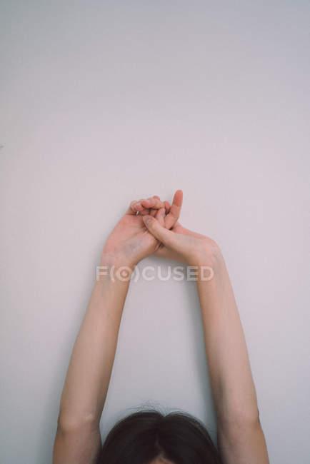 Recortar las manos femeninas extendidas - foto de stock